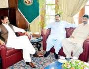 پشاور: قائمقام گونر خیبر پختونخوا مشتاق احمد غنی سے سابق وزیر احمد ..