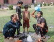 لاہور: پارک میں نوجوان گرمی کی شدت کم کرنے کے لیے نہا رہے ہیں۔