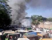 راولپنڈی: ڈھوک حسو کے علاقہ میں کار پارکنگ میں لگنے والی آگ کے بعد لوگ ..