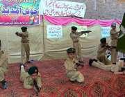 فیصل آباد: مقامی سکول میں سالانہ تقریب تقسیم انعامات کے موقع پر بچے ..