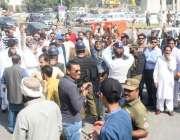 لاہور: سابق وزیر اعظم محمد نوازشریف کی ہائی کورٹ میں پیشی کے موقع پر ..