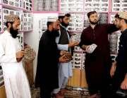 کوئٹہ: لوگ عید کے لیے دکاندار سے روائتی ٹوپیاں خرید رہے ہیں۔
