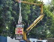 اسلام آباد: وفاقی دارالحکومت میں الیکٹریشن سٹریٹ لائٹ مرمت کر رہاہے ..
