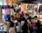 راولپنڈی: عید کی تیاریوں میں مصروف خواتین موتی بازار میں خریداری کر ..