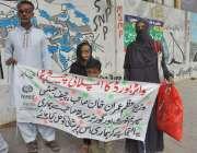 کراچی: کراچی پریس کلب کے سامنے اونگی ٹاؤن کے رہائشی محمد ساجد اپنے مسائل ..