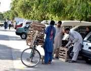 اسلام آباد: شہری ایک محنت کش سے فریج کا سٹول خرید رہا ہے۔