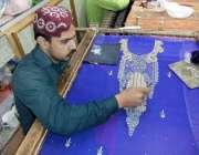 اسلام آباد: محنت کش کپڑے پر ایمبرائیڈری کا کام کررہا ہے۔