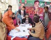 لاہور: یونین کونسل172کی وارڈ نمبر4میں ضمنی انتخابات کے موقع پر خواتین ..