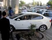 راولپنڈی: تحریک لبیک کے کارکنان کا لیاقت باغ چوک دھرنے کے دوران ٹریفک ..