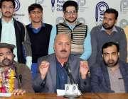 پشاور: پاکستان پیپلز پارٹی کے رہنماء بحرمندتنگی پریس کانفرنس سے خطاب ..