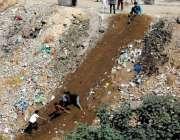 راولپنڈی: نالہ لئی کنارے مٹی میں بچے کھیل کود میں مصروف ہیں۔