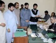 کوئٹہ: حلقہ پی بی32کے ریٹرننگ آفیسر منیر احمد آغا امیدوار انجینئر جہانزیب ..