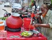 راولپنڈی: معمر محنت کش سڑک کنارے جوس فروخت کر رہا ہے۔