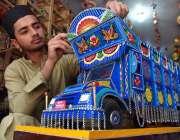 پشاور: ایک آرٹسٹ ٹرٹ کا ماڈل تیار کرنے میں مصروف ہے۔