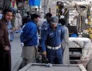 راولپنڈی: جامع مسجد روڈ پر تعینات ٹریفک پولیس اہلکار شہریوں کے چالان ..