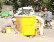 لاہور: رنگ ساز کوڑے دان کو رنگ کر رہے ہیں۔