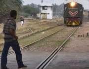 سرگودھا: ایک شخص کسی خطرے کی پرواہ کیے بغیر ریلوے ٹریفک کراس کررہا ہے ..