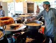 اسلام آباد: دکاندار فروخت کے لیے روایتی انداز سے جلیبیاں تیار کر رہا ..