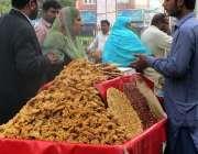 فیصل آباد: ریڑھی بان کھانے پینے کی اشیاء فروخت کررہا ہے۔