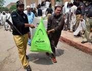 پشاور: عام انتخابات کا سامان سیکیورٹی اہلکاروں کی نگرانی میں لیجایا ..