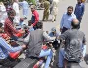 لاہور: سروسز ہسپتال کے گارڈ نے احتجاج کے دوران جیل روڈ کو ٹریفک کے لیے ..