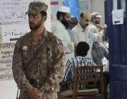 راولپنڈی: عام انتخابات 2018  کے موقع پر ایک پولنگ اسٹیشن پر پاک فوج کا ..