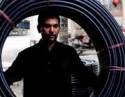 اسلام آباد: محنت کش مارکیٹ میں پائپ سر پراٹھائے گاڑی میں لوٹ کرنے کے ..