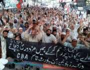کراچی: کراچی پریس کلب کے باہر ورکرز یونین آف پورٹ قاسم (سی بی اے) کے ملازمین13ویں ..