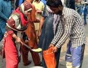لاہور: حضرت داتا گنج بخش (رح) کے975ویں سالانہ عرس کے موقع پر لنگر تقسیم ..