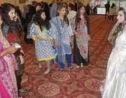 لاہور: بیوٹی ایکسپو کے زیر اہتمام شو میں شریک خواتین برائیڈل کو دیکھ ..