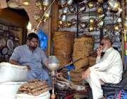 لاہور: دکاندار تمباکو فروخت کے لیے گاہکوں کا منتظر ہے۔