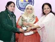 لاہور: وزیر خزانہ پنجاب ڈاکٹر عائشہ غوث پاشا نجی سکول کے زیر اہتمام ..
