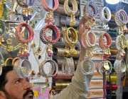 راولپنڈی: موتی بازار میں دکاندار عید کے حوالے سے جیولری سجانے میں مصروف ..