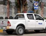 راولپنڈی: نو پارکنگ کے بورڈ کے باوجود پولیس کی گاڑی غلط جگہ پارک ہے۔