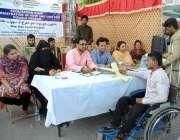 حیدر آباد: سپیشل پیپلز کے لیے لگائے گئے کیمپ میں ایک معذور نوجوان کے ..