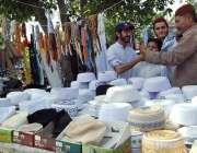 اسلام آباد: وفاقی دارالحکومت میں سڑک کنارے لگے سٹال سے شہری ٹوپیاں ..