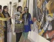 لاہور: ایک طالبات پینٹنگ کی نمائش دیکھ رہی ہیں۔
