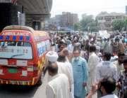 لاہور: ایپکا ملازمین کی جانب سے سول سیکرٹریٹ کے باہر احتجاج کے دوران ..