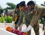 سرگودھا: یوم شہداء پاکستان کے موقع پر پاک فوج کے افسران یادگار شہداء ..