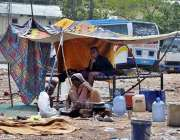 راولپنڈی: خانہ بدوش خاتون کھانے بنانے میں مصروف ہے۔