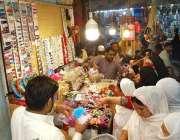 راولپنڈی: عید کی تیاریوں میں مصروف خواتینجیولری خرید رہی ہیں۔