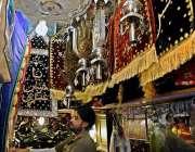 راولپنڈی: محرم الحرام کی تیاریوں میں مصروف دکاندار علم سجا رہا ہے۔
