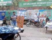 لاہور: راوی روڈ پر سرکاری گرلز سکول کے باہر قائم تجاوزات متعلقہ انتظامیہ ..