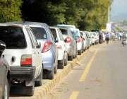 اسلام آباد: بلیو ایریا روڈ کے فٹ پاتھ پر گاڑیوں کی لگی لمبی قطار قانون ..