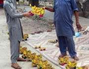 فیصل آباد: ایک معمر محنت کش گھر کا چولہا جلانے کے لیے سڑک کنارے کھلونے ..
