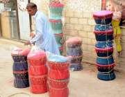 اسلام آباد: معمر شخص موڑھے فروخت کے لیے سجا رہا ہے۔