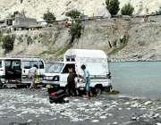 گلگت: شہری دریاکے کنارے اپنی گاڑیاں دھو رہے ہیں۔