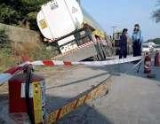 راولپنڈی: کاک پل کے قریب حادثے کا شکار ہونیوالے آئل ٹینکر کے پاس پولیس ..
