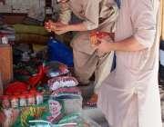 پشاور: دکاندار مختلف سیاسی جماعت کے جھنڈی اور انتخابی نشان وغیرہ فروخت ..