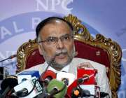اسلام آباد: مسلم لیگ (ن) کے رہنما احسن اقبال پریس کانفرنس سے خطاب کر ..